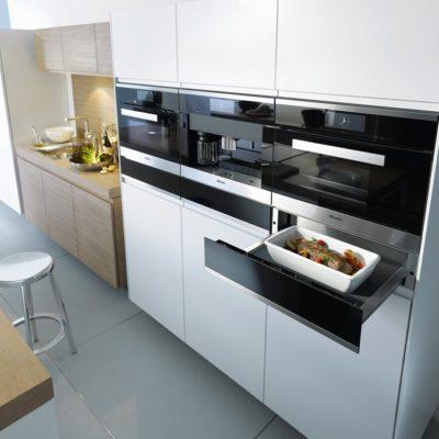 Geräteanordnung mit Wärmeschublade, Vakuumierschublade, Backofen und Dampfgarer