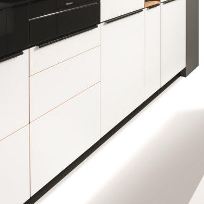 kueche-linee-vollglas-massives-wohnen-schulte-luedenscheid-griff-blackline