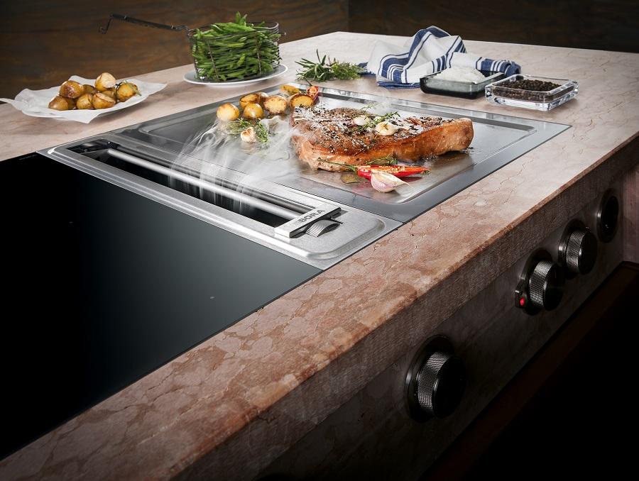 Kochfeldabzug Professional mit Tepan-Edelstahlgrill und Flächeninduktions-Glaskeramik-Kochfeld mit jeweils 2 Kochzonen