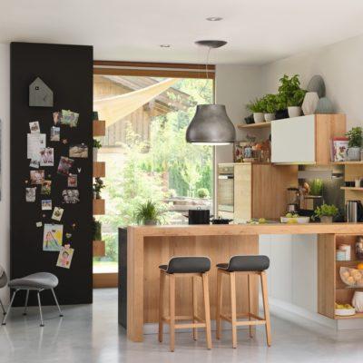 Küche L1 in Erle mit Theke.