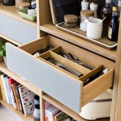 Schublade von Cubus Regal mit Farbglas und Besteckeinsatz.