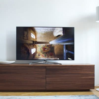 Fernsehschrank Cubus mit Schubladen in Nussbaum.